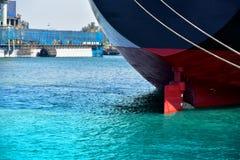 Αυστηρή πρόσδεση σκαφών παράλληλα στη θάλασσα με το πηδάλιο στοκ εικόνα