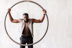 Αυστηρός ελκυστικός αφρικανικός τύπος με τη γενειάδα που παρουσιάζει το ύφος και ανδροπρέπεια Στοκ Φωτογραφίες
