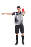 Αυστηρός διαιτητής που παρουσιάζει κόκκινη κάρτα Στοκ Φωτογραφίες