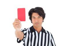 Αυστηρός διαιτητής που παρουσιάζει κόκκινη κάρτα Στοκ Φωτογραφία