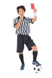 Αυστηρός διαιτητής που παρουσιάζει κόκκινη κάρτα Στοκ φωτογραφίες με δικαίωμα ελεύθερης χρήσης