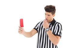 Αυστηρός διαιτητής που παρουσιάζει κόκκινη κάρτα Στοκ Εικόνες