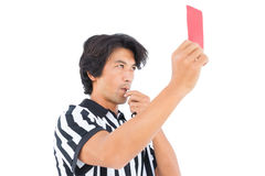 Αυστηρός διαιτητής που παρουσιάζει κόκκινη κάρτα Στοκ φωτογραφία με δικαίωμα ελεύθερης χρήσης