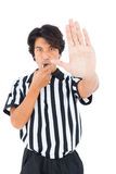Αυστηρός διαιτητής που παρουσιάζει σημάδι στάσεων με το χέρι Στοκ Φωτογραφία