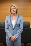 Αυστηρός δικηγόρος που εξετάζει τη κάμερα στοκ εικόνες