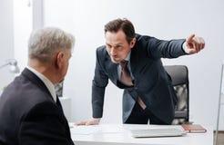 Αυστηρός κύριος απαλλάσσοντας υπάλληλος από το γραφείο Στοκ Φωτογραφία