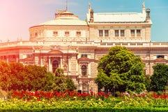 Αυστρία Βιέννη Πάρκο Voksgarte Vienn Άποψη σε Burgtheater στοκ φωτογραφίες με δικαίωμα ελεύθερης χρήσης