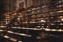 Αυστρία Βιέννη σειρές των αναμμένων κεριών στην εκκλησία στοκ εικόνες