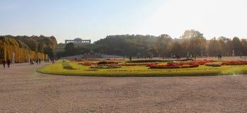 Αυστρία  Βιέννη  Στις 21 Οκτωβρίου 2018  Το πάρκο Schoenbrunn με το Gloriette στο λόφο στο υπόβαθρο στοκ φωτογραφία με δικαίωμα ελεύθερης χρήσης