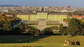 Αυστρία  Βιέννη  Στις 21 Οκτωβρίου 2018  Το πάρκο Schonbrunn με το παλάτι ή το Schloss Schoenbrunn, αυτοκρατορικό καλοκαίρι Schon στοκ φωτογραφία