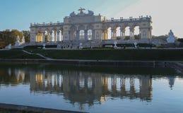 Αυστρία  Βιέννη  Στις 21 Οκτωβρίου 2018  Το Gloriette στο πάρκο Schoenbrunn με το είναι αντανάκλαση στο νερό στοκ φωτογραφίες