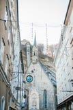 Αυστρία, Σάλτζμπουργκ, την 1η Ιανουαρίου 2017: Αρχιτεκτονική της αυστριακής πόλης του Σάλτζμπουργκ Σπίτια με τα σημάδια σε Getrei Στοκ Εικόνες