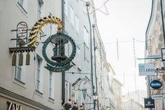 Αυστρία, Σάλτζμπουργκ, την 1η Ιανουαρίου 2017: Διαφήμιση της πινακίδας του καταστήματος της Zara στην οδό Getreidegasse Ένας γραφ Στοκ εικόνες με δικαίωμα ελεύθερης χρήσης