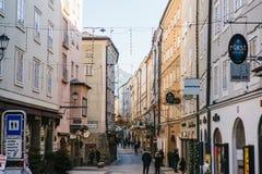 Αυστρία, Σάλτζμπουργκ, την 1η Ιανουαρίου 2017: Οδός Getreidegasse Μια γραφική οδός στο έδαφος της παλαιάς πόλης, πολύ Στοκ Φωτογραφίες