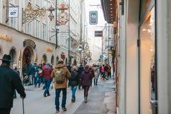 Αυστρία, Σάλτζμπουργκ, την 1η Ιανουαρίου 2017: Οδός Getreidegasse Μια γραφική οδός στο έδαφος της παλαιάς πόλης, πολύ Στοκ Εικόνα