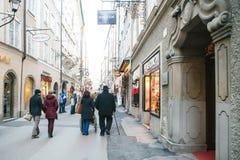 Αυστρία, Σάλτζμπουργκ, την 1η Ιανουαρίου 2017: Οδός Getreidegasse Μια γραφική οδός στο έδαφος της παλαιάς πόλης, πολύ Στοκ εικόνα με δικαίωμα ελεύθερης χρήσης