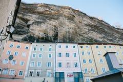 Αυστρία, Σάλτζμπουργκ, την 1η Ιανουαρίου 2017: Παραδοσιακά αυστριακά πολύχρωμα σπίτια στο βράχο στο Σάλτζμπουργκ _ Στοκ φωτογραφία με δικαίωμα ελεύθερης χρήσης