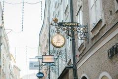 Αυστρία, Σάλτζμπουργκ, την 1η Ιανουαρίου 2017: Σημάδια διαφήμισης των καταστημάτων στην οδό Getreidegasse Μια γραφική οδός στον π Στοκ Εικόνες