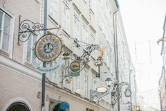 Αυστρία, Σάλτζμπουργκ, την 1η Ιανουαρίου 2017: Σημάδια διαφήμισης των καταστημάτων στην οδό Getreidegasse Μια γραφική οδός στον π Στοκ εικόνες με δικαίωμα ελεύθερης χρήσης