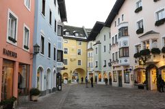 Αυστρία: Τα σπίτια colorfull στην παλαιά πόλη του καυτού spo τουριστών στοκ φωτογραφίες