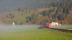 Αυστρία Τύρολο Τραίνο στο αυστριακό οροπέδιο στο πρωί με την υγρασία στον αέρα φιλμ μικρού μήκους