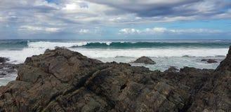 Αυστραλιανά σπάζοντας κύματα ακτών κοντά στην ακτή στοκ εικόνες