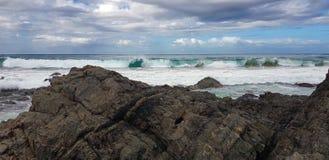 Αυστραλιανά σπάζοντας κύματα ακτών κοντά στη δύσκολη ακτή στοκ φωτογραφία με δικαίωμα ελεύθερης χρήσης