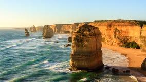 Αυστραλιανή παραλία, δώδεκα σχηματισμοί βράχου αποστόλων κοντά στο μεγάλο ωκεάνιο δρόμο, εθνικό πάρκο Campbell λιμένων, Αυστραλία στοκ φωτογραφία