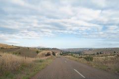 Αυστραλιανός εσωτερικός, δρόμος επαρχίας με τα καλλιεργήσιμα εδάφη στις πλευρές στοκ εικόνες