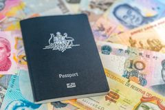 Αυστραλιανό διαβατήριο ταξιδιού που βρίσκεται πάνω από τα χρήματα εγγράφου από τις διαφορετικές χώρες στοκ φωτογραφία με δικαίωμα ελεύθερης χρήσης