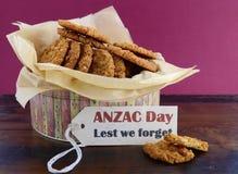 Αυστραλιανά μπισκότα Anzac στον εκλεκτής ποιότητας κασσίτερο μπισκότων Στοκ Φωτογραφία
