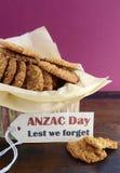Αυστραλιανά μπισκότα Anzac στον εκλεκτής ποιότητας κασσίτερο μπισκότων Στοκ Εικόνα