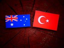 Αυστραλιανή σημαία με την τουρκική σημαία σε ένα κολόβωμα δέντρων Στοκ Εικόνα