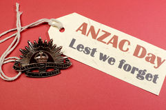 Αυστραλιανό διακριτικό καπέλων ήλιων αύξησης ημέρας ANZAC WW1 με για να μην ξεχνάμε το μήνυμα Στοκ Εικόνα