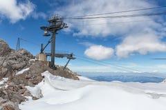 Αυστριακό βουνό Dachstein με τον παγετώνα και το σκι piste Στοκ φωτογραφία με δικαίωμα ελεύθερης χρήσης