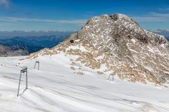 Αυστριακό βουνό Dachstein με τον παγετώνα και το σκι piste Στοκ Φωτογραφίες