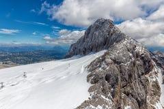Αυστριακό βουνό Dachstein με τον παγετώνα και το σκι piste Στοκ Εικόνες