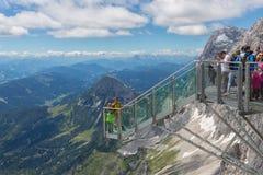 Αυστριακό βουνό Dachstein με τους οδοιπόρους που παίρνουν τις εικόνες στην πλατφόρμα άποψης Στοκ Εικόνες