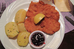 Αυστριακό γερμανικό Schnitzel με τις πατάτες στοκ εικόνα