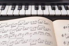 Αυτά είναι γραπτά κλειδιά ενός μουσικού οργάνου παιδιών ` s - WI συνθετών στοκ εικόνες