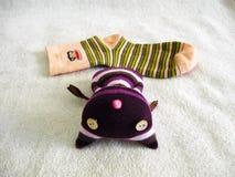 Κούκλα καπέλων γατών που γίνεται από τις κάλτσες Στοκ Εικόνες