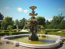 Αυτή η πηγή είναι πολύ όμορφη Στέκεται στους κήπους κάστρων Lednice Castle στοκ εικόνα