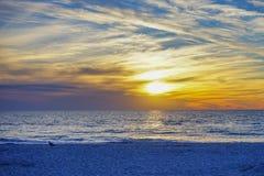 Αυτή η σκηνή ως ήλιο που τίθεται στην παραλία της Αγία Πετρούπολης Στοκ Φωτογραφίες