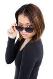αυτή που κοιτάζει πέρα από τη γυναίκα γυαλιών ηλίου Στοκ Εικόνες