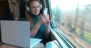 Αυτή που παίρνει πάντα όλες τις συσκευές στο ταξίδι απόθεμα βίντεο