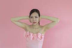 Αυτιά καλύψεων γυναικών με τα χέρια που φωνάζουν την κραυγή στοκ εικόνες με δικαίωμα ελεύθερης χρήσης