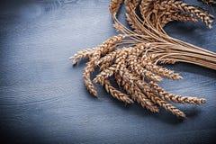 Αυτιά σίκαλης στον εκλεκτής ποιότητας ξύλινο πίνακα Στοκ Φωτογραφία