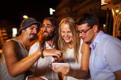 Αυτοί που κοιτάζουν μέσω των συμπαθητικών πυροβολισμών σε κινητό Στοκ εικόνες με δικαίωμα ελεύθερης χρήσης