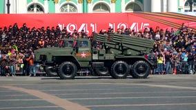 Αυτοκίνητα ` ανεμοστρόβιλος-γ ` Η πρόβα της στρατιωτικής παρέλασης προς τιμή την ημέρα νίκης απόθεμα βίντεο