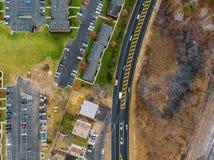 Αυτοκίνητα από το ύψος Εναέρια άποψη του δρόμου και των δέντρων και των σπιτιών στοκ φωτογραφία